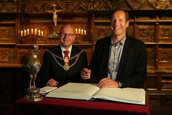 Christian Prudhomme, Direktor der @letour, durfte sich heute Abend ins Goldene Buch der Stadt #Münster eintragen. http://t.co/NMxpjkDGJf