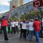 RT @Mindeporte: #SomosGenteDePaz Pdte @NicolasMaduro participó en caimanera 3x3 de Baloncesto en la Av Bolívar http://t.co/PCzCQjNq72