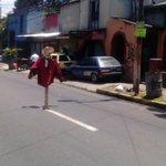 RT @Pohemia: Y en #ElSalvador pasamos de los espantapájaros a los espantacarros, todo por los baches Foto por @Joseguardado100 http://t.co/wFbym4YODH