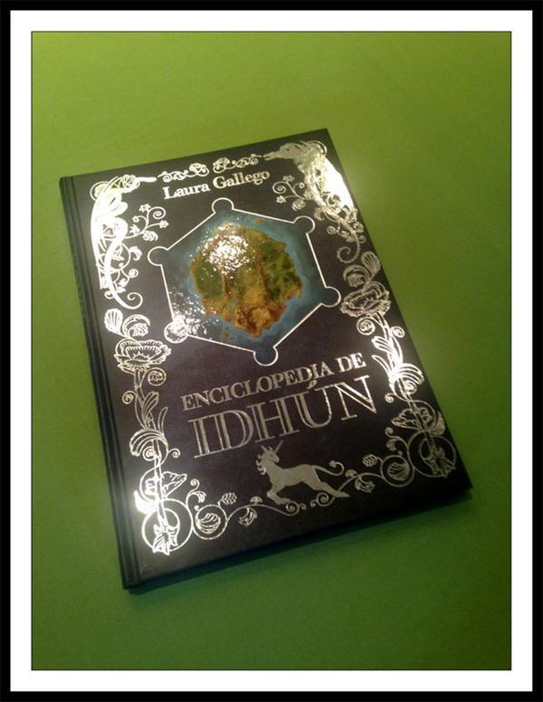 Así brilla la Enciclopedia de Idhún, de @_LauraGallego Más fotos, aquí: http://t.co/q7epb2x4DP @idhun #SoyIdhunita http://t.co/R20Y61r7Pv