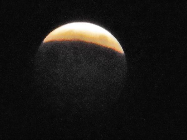 08 Oct. 19:12 皆既月食に近づいています。 before total lunar eclipse at Fukuoka city in Japan http://t.co/lsEyhHUmta