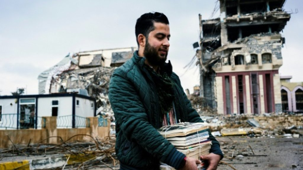 Volunteers search rubble to save Mosul university