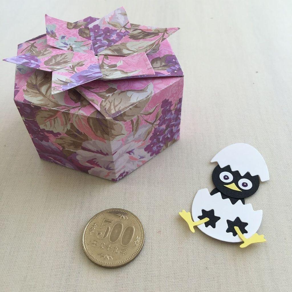 先日、店舗にいらしたたお客様から、可愛い作品をいただきましたっ!TonicのプレゼントBOXもパターンペーパーでカットす