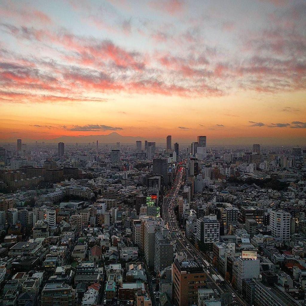 Beautiful sky lighting up Tokyo tonight... #japan #tokyo https://t.co/nbQVWLwiRK https://t.co/enWy8Z6Naw