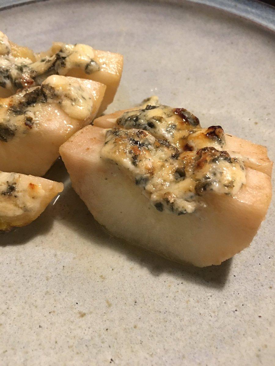 ひねもすさんのインスタで見た、洋梨ブルチーズ蜂蜜オーブン焼きをやってみたけど、これはなかなか罪深い味ですね… https://t.co/JBsdutftFr