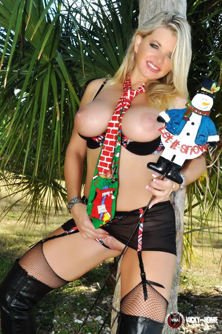 Are you a https://t.co/pPUJtoejsG member? @VickyVette is live right NOW (yes on #xmas)  Free with your