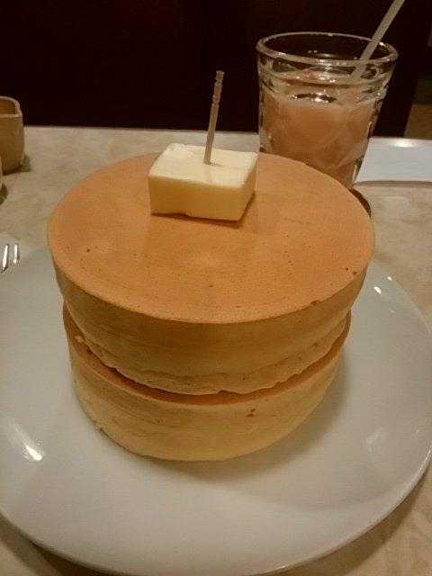 #食べ歩き ニット@錦糸町でホットケーキセット。外はカリッと香ばしく、中はしっとりふんわり、そこにシンプルにバターの風味。落ち着いたレトロな喫茶店にレトロなパンケーキが似合います。 https://t.co/rn5dyaX48e