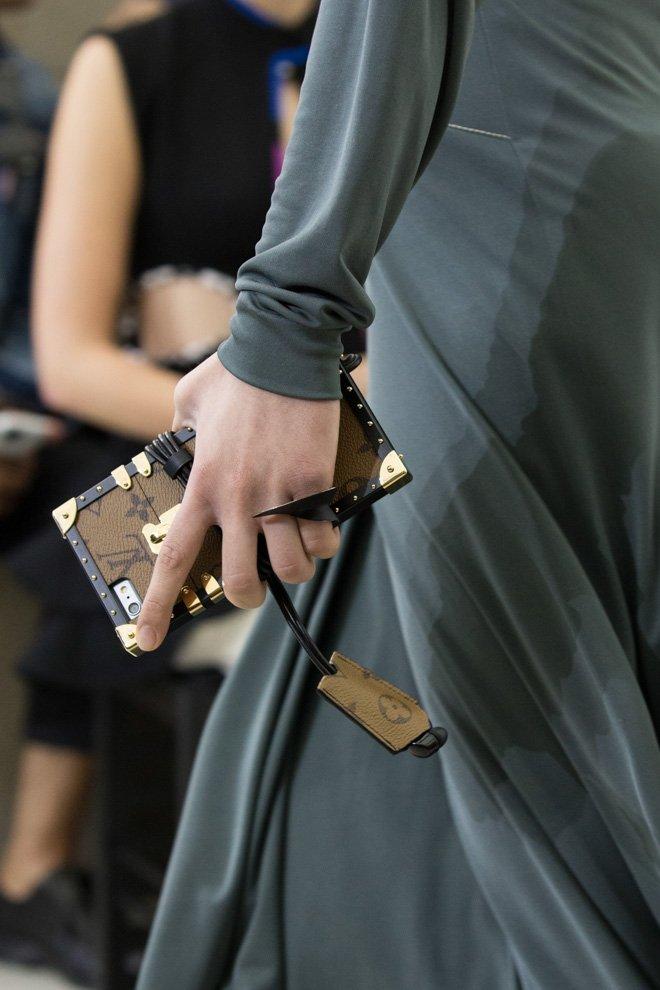 RT @fashionsnap: 「ルイ・ヴィトン」ランウェイで注目集めたiPhoneケース発売 https://t.co/nAAdCaba61 価格は12万3,000円〜。 #eyetrunk #louisvuitton https://t.co/QkFZWRAogY