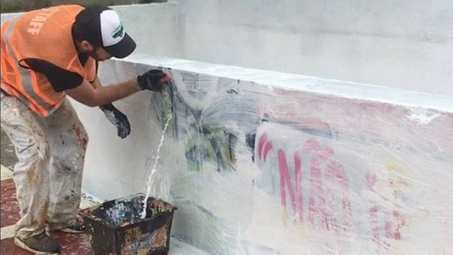 Vídeo mostra grafiteiro removendo tinta do projeto Cidade Linda com escovão e água