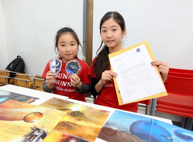 【びっくり】都内の小学生にNASAから手紙…「数年後には君たちが宇宙へ」 https://t.co/qSkvOkOLGO  受け取ったのは英語教室に通う生徒たち。昨年夏、木星探知機ジュノーに感銘を受け、絵とメッセージを送っていた。