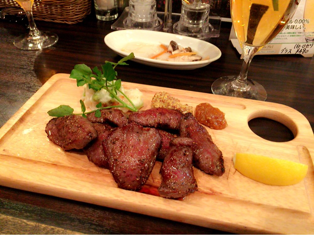 肉を食らう。 高くないけど好きなワイン。でも断然赤派。 https://t.co/kyO510UQEJ