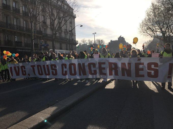 """Paris - Une manifestation """" #MarchePourLaVie """" anti-IVG est en cours avec plusieurs milliers de personnes. Via @RemyBuisine"""