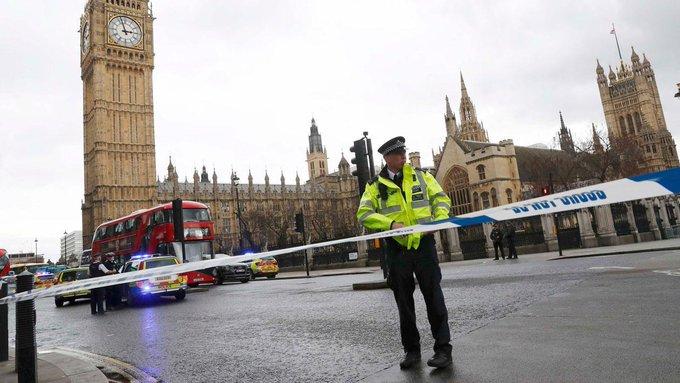 🔴 EN DIRECT - Un policier poignardé, un assaillant tué près du Parlement à #Londres. Suivez les dernières infos ➡️ https://t.co/K3z9JNp3W5
