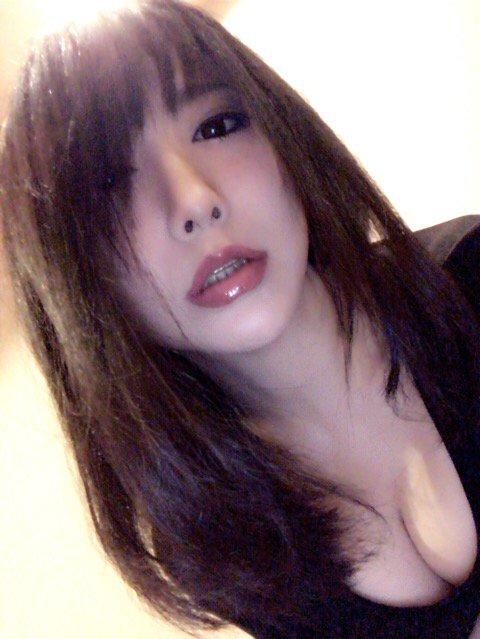 煽りで撮ると薄い唇も少しは厚く見えるよね。ふっくらぽってりぷるぷるな唇の女性が憧れ。 https://t.co/v8JJZBuYZB