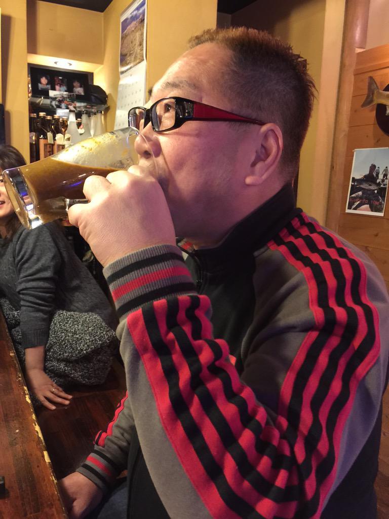 行きつけの居酒屋。「カレーは飲み物だ」って言ったら、マジでジョッキに入って出てきた。挑戦されたからには飲むしかあるまい。カレーは飲み物だ! http://t.co/hvaKqfbldZ