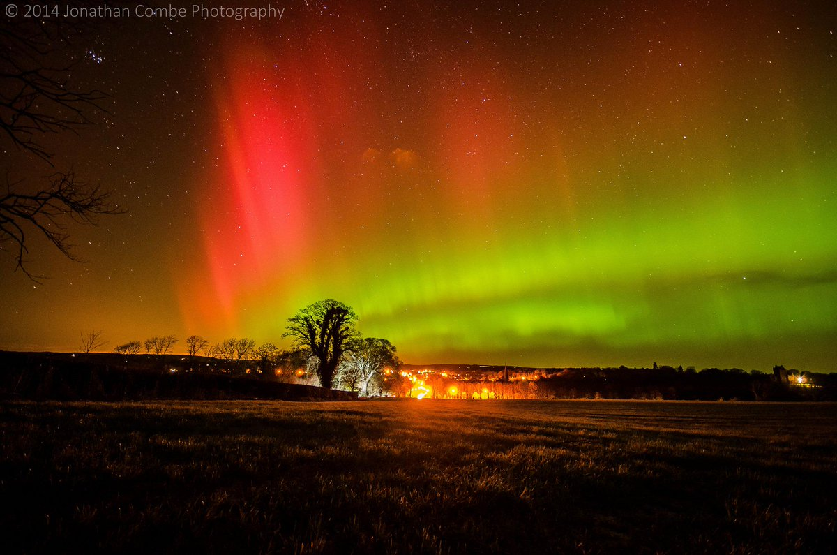 The #AuroraBorealis could be visible in the midlands & northern parts of the UK tonight if there are clear skies http://t.co/Pip99qz9CO