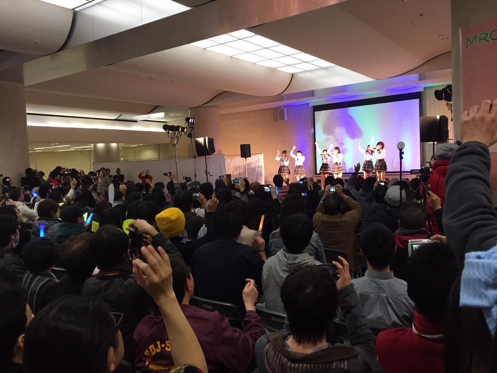 AKB48のチーム8(TOYOTAの充電プリウスのやつ)ってこんなに人気あったんだ。。金沢駅のイベントにて。 http://t.co/Mo1YCiuhlR