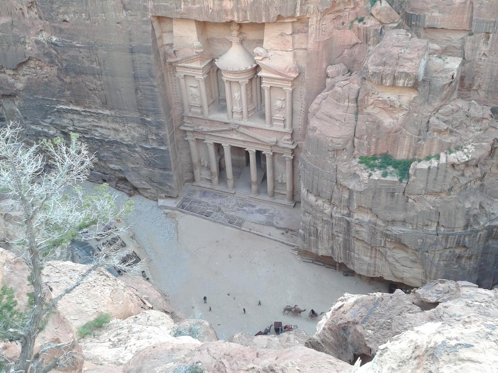 Sunrise to sunset exploring Petra today.  Still plenty yet to see there #ngtuknomad http://t.co/LsuJDuPnLI