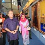 Sultan Johor & Permaisuri Johor mencemar duli melihat koleksi gambar baginda di PERSADA, Johor Bahru http://t.co/m72tHylaFo