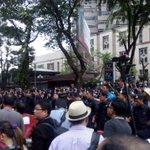 Pihak polis sedang menjaga nasi minyak Najib dan Rosmah daripada dimakan oleh peserta himpunan #KitaLawan http://t.co/UP4gAWC6CW
