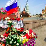 Люди продолжают приносить цветы на разгромленный народный мемориал Немцова (фото @Vinokurov12) http://t.co/HhV9qU2Rwf http://t.co/SIvwuXulmg
