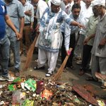 AAP doing Safai abhiyan in reply to bjp MCDs kooda kachra abhiyan... PROUD OF YOU AAP...Well done Keep it up http://t.co/ZOIPogyyKm