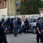 Barras de Arsenal destruyeron un patrullero en la puerta del estadio al chocar con la policía. Dos oficiales heridos. http://t.co/5Shmo6ABuk