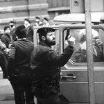 """RT @anderiza: """"En 1985 me dieron premio Fotopres por esta foto y hoy tendría multa 30.000 €. ¡Ay, la inflación!"""". http://t.co/H3uFlsa3CA"""