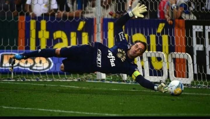 O @Fernando_Prass é tão MITO que com uma mão ele defende e com outra ele manda adeus pros gambas
