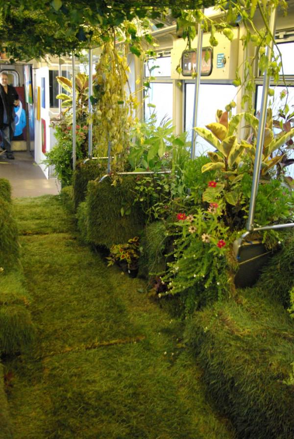 Check out this rail car garden. Now that's a cool way to commute. #urbaninnovation http://t.co/pDKVSxFTEm http://t.co/37hY1xr5tY