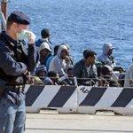 Sono 800 i migranti morti nel naufragio di domenica, fermati 2 scafisti http://t.co/z390cHTQOu #stragemigranti http://t.co/SjDj07MiCS