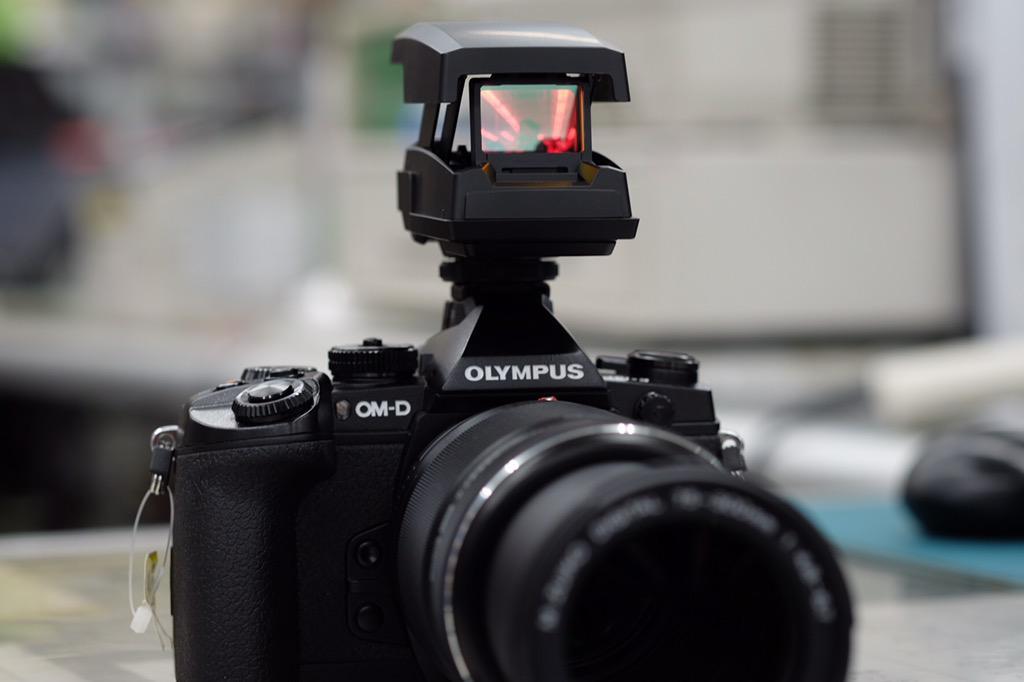 かっけーーーーー!オリンパス ドットサイト照準器 EE-1!ホットシューに装着して液晶モニターを見ながらターゲットマーク調整ダイヤルでロックオン!いろんなカメラで使えます!かっけーーーーー!明日発売☆ http://t.co/yUSHABN808