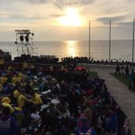 The sun descends as the Gallipoli #AnzacDay Commemorative Site begins to fill up. It will be full. No lying down! http://t.co/8YEwFa8fMQ