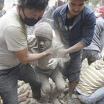 Un seísmo de 7,9 grados en la escala de Richter sacude Nepal http://t.co/Hr2jKuqg8K http://t.co/8czsYv1b3K