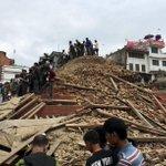 #ÚLTIMAHORA Aumenta a 449 el balance oficial de muertos por el terremoto de #Nepal http://t.co/PtQy7NDsf5 http://t.co/cWMBsc4ZR8