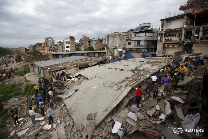 Devastating #Nepal #earthquake kills hundreds, triggers deadly #Everest avalanche http://t.co/Nts4JGIZqR http://t.co/3lohbIzDzn