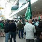 Os adeptos leoninos já estão a chegar ao aeroporto! Está muita gente cá dentro e ainda mais lá fora. E tu, vens? http://t.co/qYs3G38Lzh