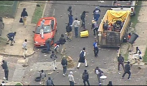 Chaos in Baltimore as dozens clash with riot police; Multiple officers injured http://t.co/aAO6zozhin #BaltimoreRiots http://t.co/YS6xvhm006