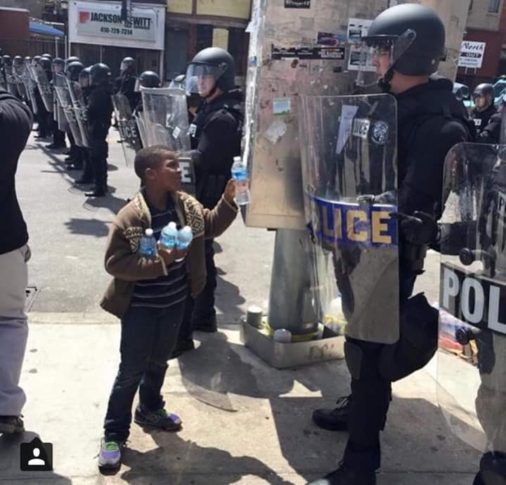 #BaltimoreRiots The photo the American press probably will never show you. http://t.co/aH8HYMnvbx
