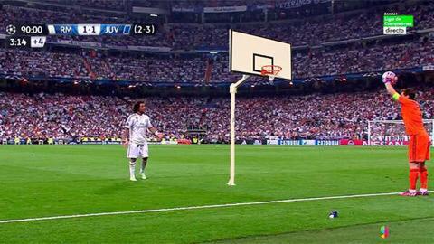 أبرز الصور الساخرة من رمية التماس الخاطئة التي لعبها كاسياس في آخر دقائق لقاء #ريال_مدريد_يوفنتوس http://t.co/rbrf4fNGpp