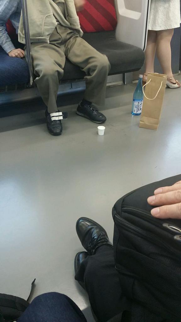 電車で酒飲んでるおっさんにTwitter民が大激怒 「法律で禁止にしろ」