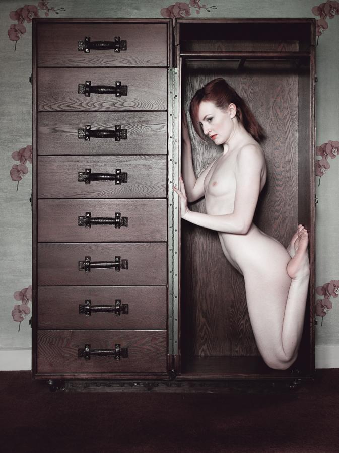 Porta-model! Me #naked in a trunk by :) #redhead #artnude #nudephotography #artnudephotography