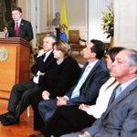 Hoy @JuanManSantos firmó decretos únicos para 21 sectores, antes habían 10 mil decretos. #BuenGobierno #SectorTIC http://t.co/dOxIkWMUE4