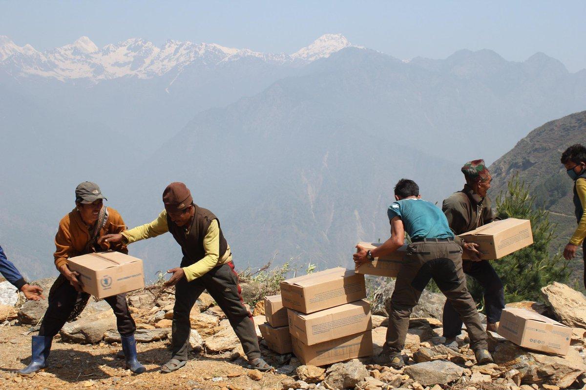 ネパール大地震発生から、25日で1か月。国連WFPは今後、車もヘリも行けないような急峻な山岳地帯の村へ、ポーター2万人が徒歩で救援物資を届ける「山岳急行作戦」を本格化させます。http://t.co/vczZQFqL5h http://t.co/3cmzvuIsV2