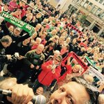 #NiemalsAllein: Anca, Dete & Osssy haben mit rund 500 #H96-Fans live an der Kröpcke- Uhr die Vereinshymne gesungen! http://t.co/Ete4l7V9L9