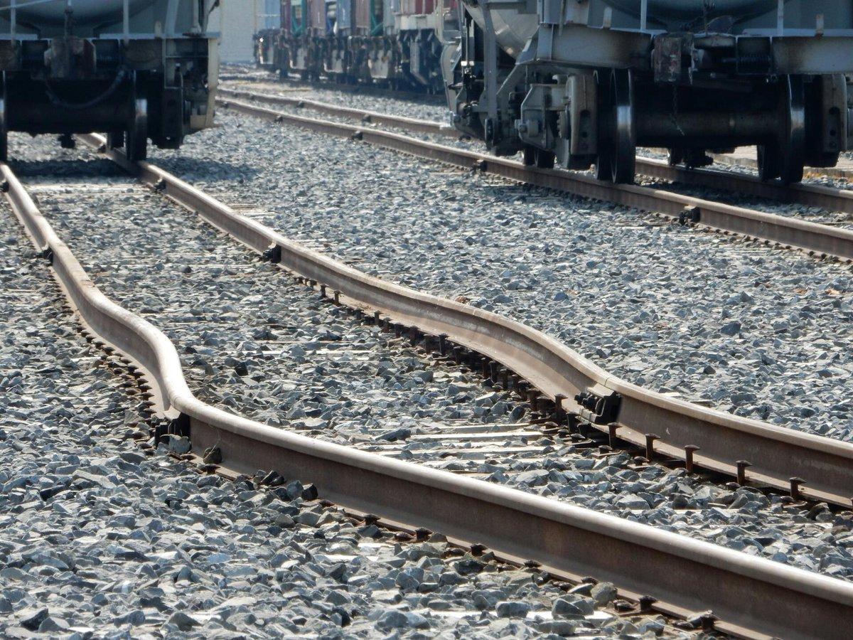 昨日の仙台臨海鉄道の脱線現場のレール。たぶん、事故が原因で曲がった感じかな? http://t.co/t9fMAglwMM