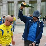 Nos siguen llegando fotos del gran ambiente en Oviedo y el buen rollo entre aficiones #oviedoamarilla http://t.co/WreY6SBI67