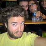 @swam #CompletementEnRetard #swam Moi aussi jai un problème de tondeuse ! #PhotobombGroupies #SelfieEnAmphi http://t.co/9K5jEZ3h8j