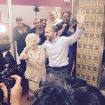 """Jácome, líder de Democracia Ourensana, se abraza a su madre. Ahora mismo, 2a fuerza. Gritos de """"alcalde, alcalde"""" http://t.co/7ohg5nKv0v"""
