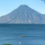 Lago de Atitlán y volcán San Pedro - foto por Amado Vicente #Guatemala Visite Personajes http://t.co/Xh1WM6qbzy http://t.co/z8mf9Xn3hO